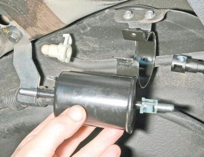 Вставьте предохранитель топливного насоса, включите зажигание и проверьте все соединения.